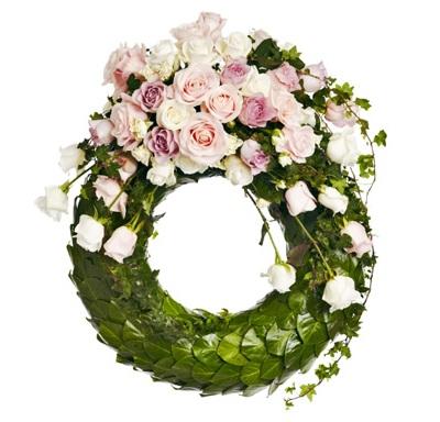 Krans med rosor och murgröna
